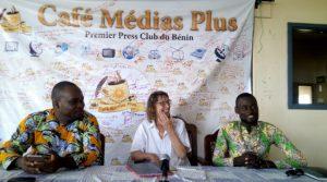 Au milieu, Anneken Verbraeken échangeant avec des journalistes.